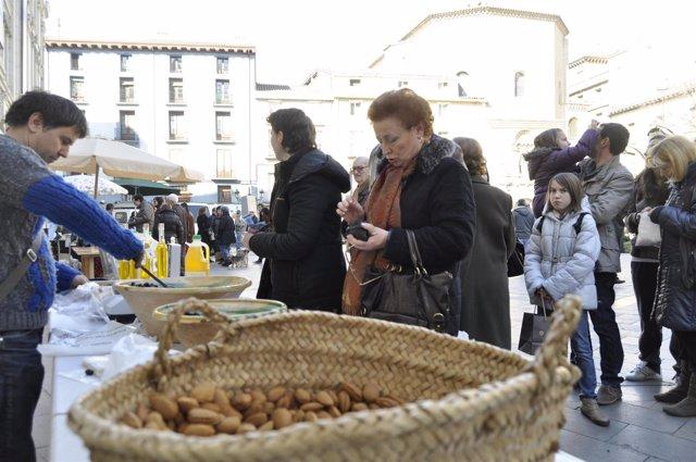 El mercado agroecológico de Zaragoza sirve a los consumidores almendras, aceite