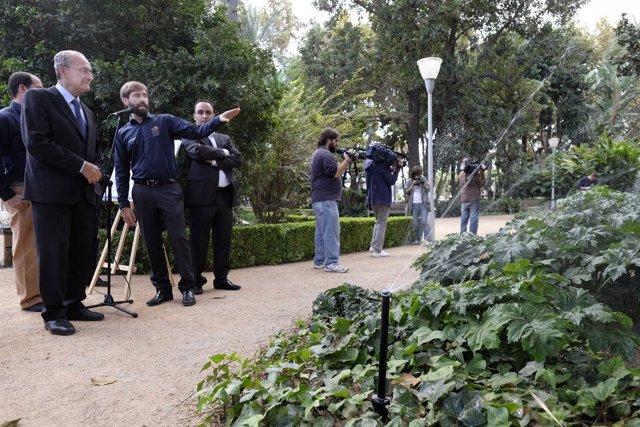 Alcalde de Málaga De la Torre con nuevo sistema de riego de Sosteco en el Parque