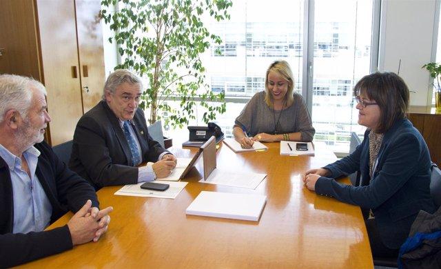La consejera se reúne con miembros de la Organización de Productores Lácteos