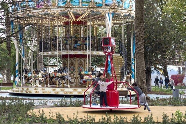 El nuevo carrusel-boya de la zona infantil de la Jardines de Pereda