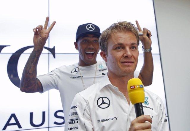 Nico Rosberg con Hamilton bromeando a su espalda