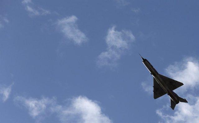Un avión de guerra sobrevuela Benghazi.