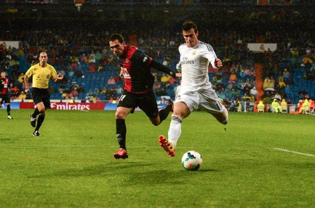 Gareth Bale ante el defensor del Rayo Vallecano, Arbilla