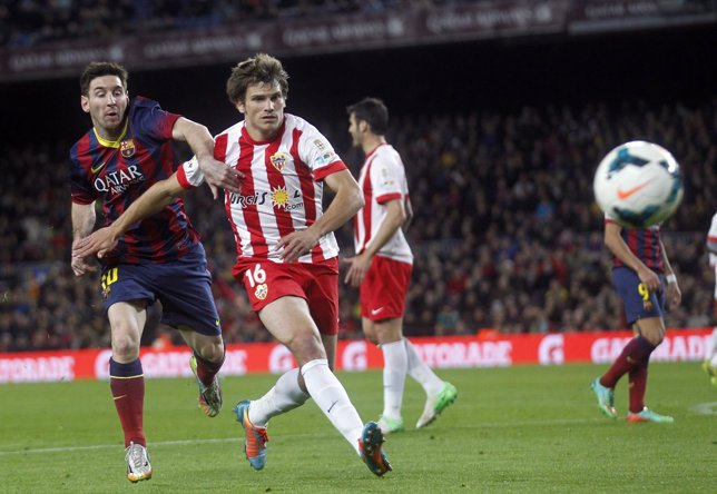 Messi pelea por un balón ante el Almería
