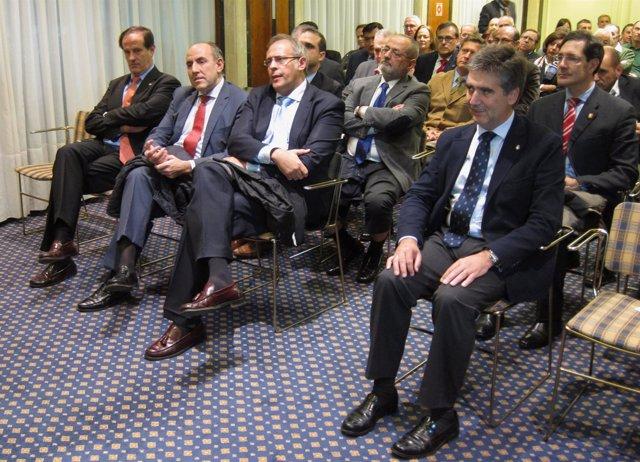 Ignacio Cosidó (derecha) antes de pronunciar su conferencia en Valladolid