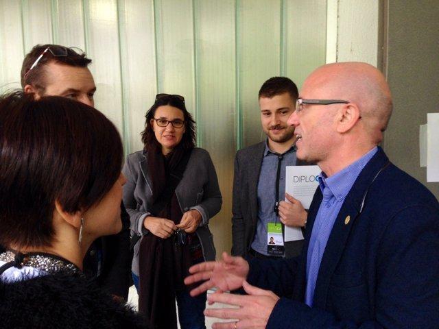 El alcalde de Arenys de Munt, Joan Rabasseda, recibe a un grupo de observadores