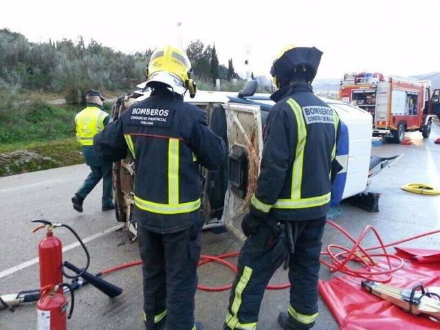 Bomberos asisten al guardia civil herido tras volcar su vehículo