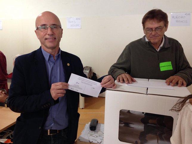 El alcalde de Arenys de Munt, Joan Rabasseda, vota el 9N
