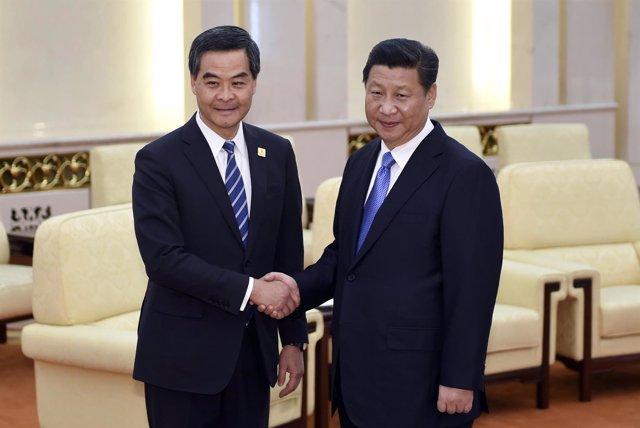 El presidente chino, Xi Jinping, y el gobernador de Hong Kong, Leung Chun Ying