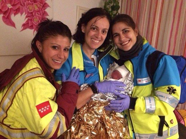 Las sanitarias del SUMMA con el bebé recién nacido