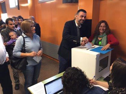 El conseller Santi Vila vota 'sí-sí'