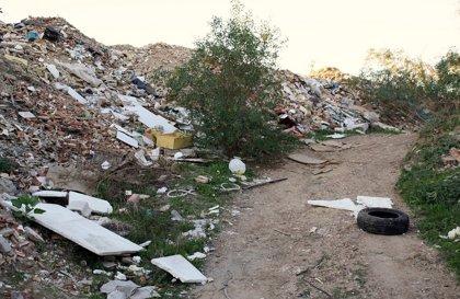 """IU exige eliminar el vertedero """"ilegal"""" de Padre Pío y acabar con el humo procedente de la quema de residuos"""