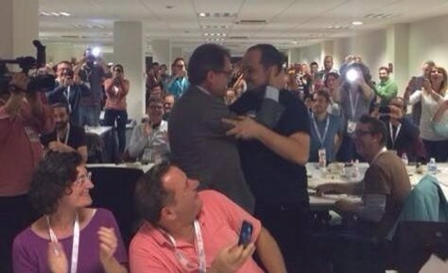 Abrazo del pte.Generalitat Artur Mas y David Fernández (CUP) el 9n
