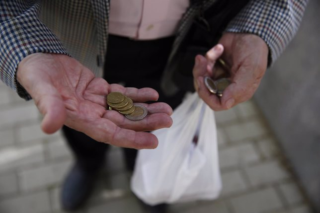 Español cuenta sus monedas