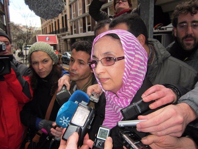 Aminetu Haidar atiende a los medios de comunicación
