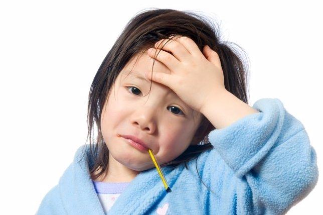 Niña con fiebre, gripe, termómetro