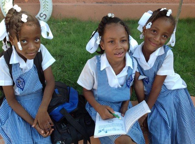 Niñas estudian en un colegio de Haití