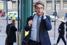 Hombre hablando por el móvil