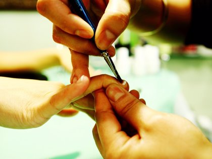 Describen un posible caso de contagio de VIH tras compartir utensilios de manicura