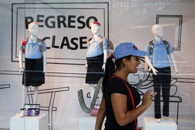Maniquíes de colegialas embarazadas en un centro comercial de Caracas
