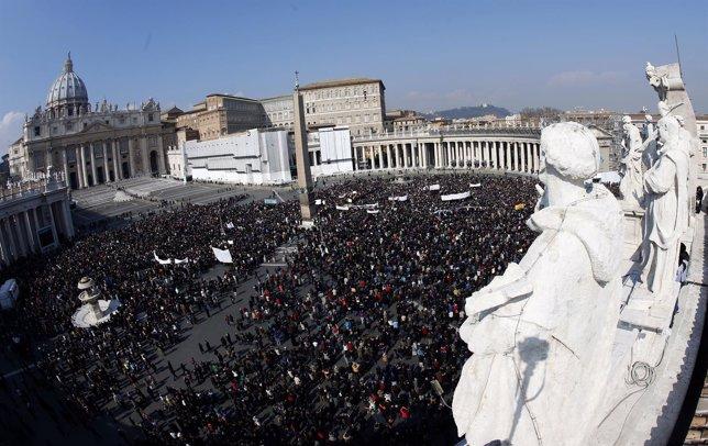 Fieles reunidos en la Plaza de San Pedro durante el rezo del  Ángelus