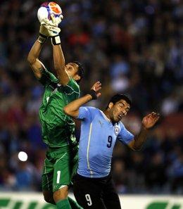 Luis Suárez pelea un balón con Keylor Navas