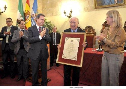 La alcaldesa de Jerez entrega el Título de Hijo Adoptivo de la Ciudad a Pepe Marín
