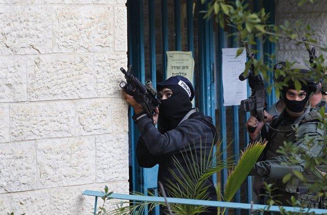 Policía israelíta entra en la sinagoga donde se ha producido el ataque