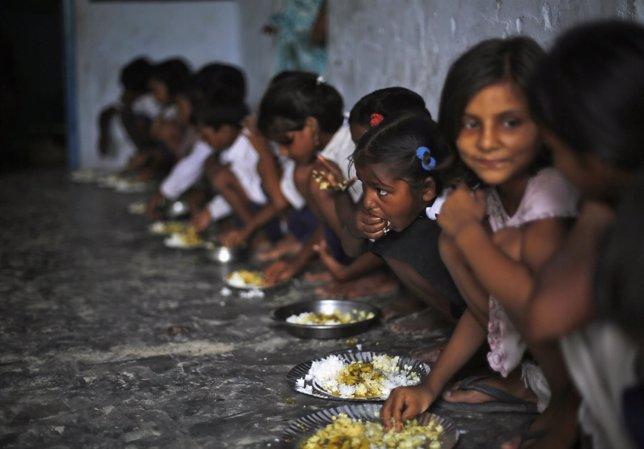 Niños comiendo gracias a la beneficiencia
