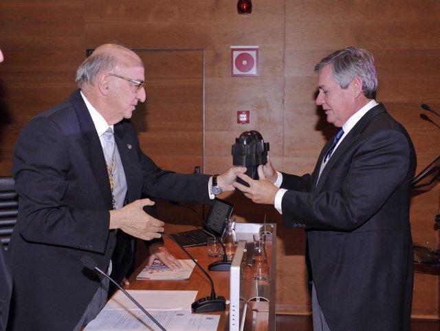 Jorge Sendagorta recpge el premio de la RAI