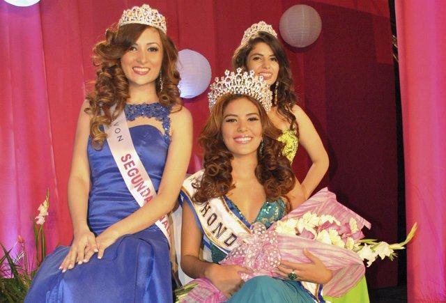 Maria Jose Alvarado (con flores) y otras dos concursantes posan para los fotógra