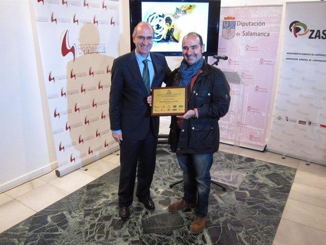 El ganador (D) junto al presidente de la Diputación