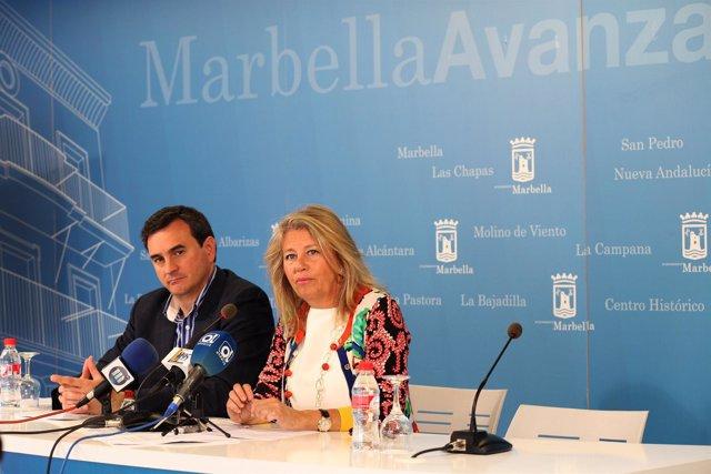 La alcaldesa de Marbella, Ángeles Muñoz, y el portavoz municipal, Félix Romero