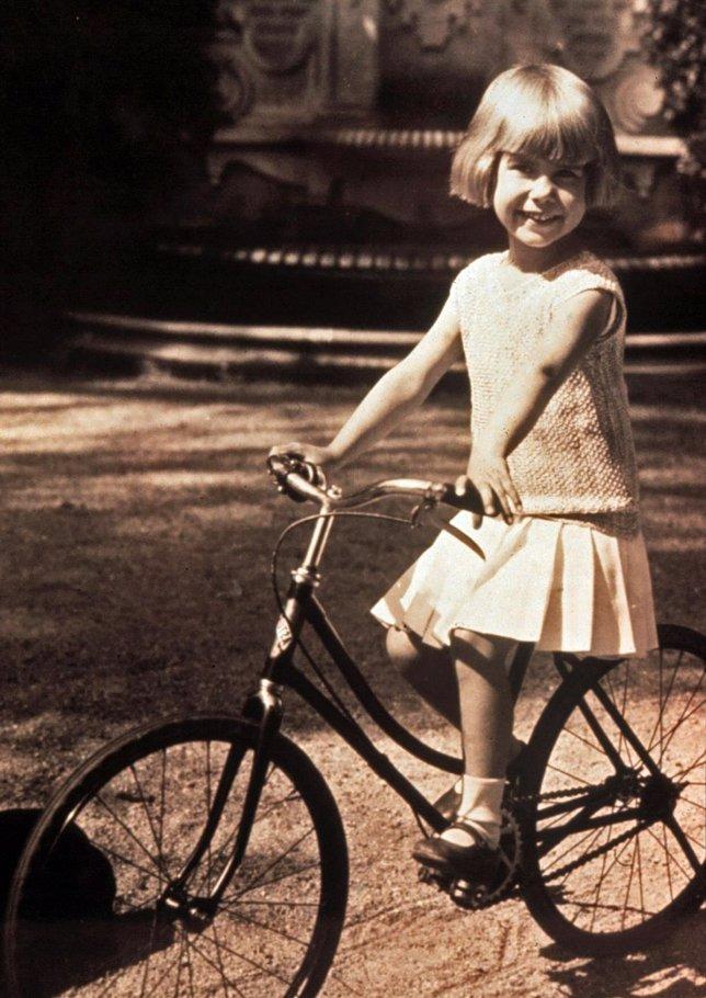 La Duquesa de Alba de niña con una bicicleta