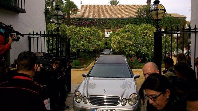 Salida del féretro de la Duquesa de Alba del Palacio de Dueñas
