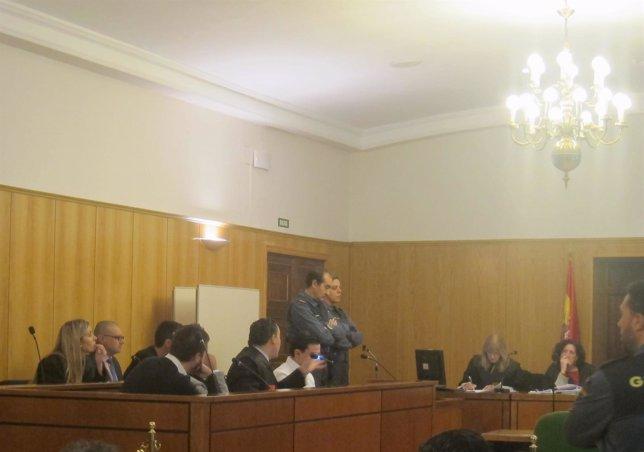 Los acusados y sus letrados durante el juicio.