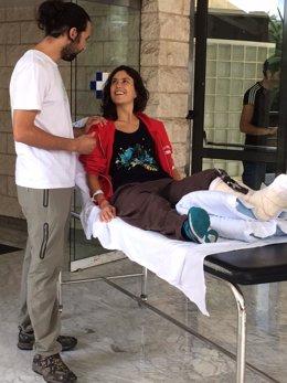 Matilde, activista de Greenpeace, a su salida del hospital