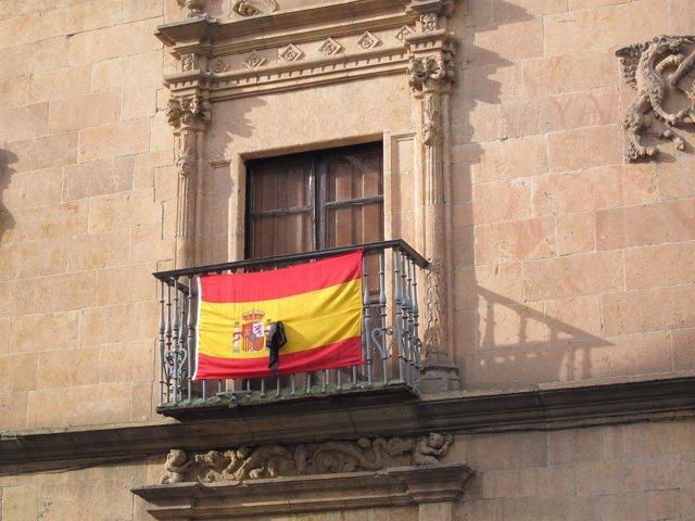 Bandera con crespón negro colocada en el Palacio de Monterrey