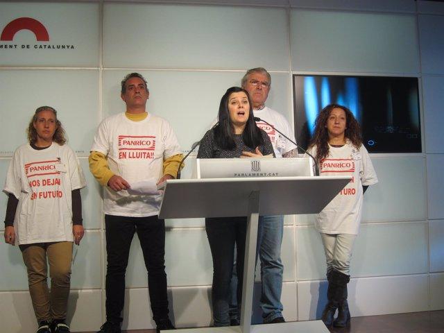 La diputada de CUP Isabel Vallet con 4 extrabajadores de Panrico
