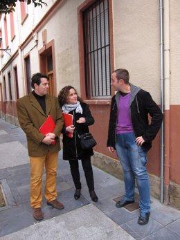 Arráiz, junto a otros compañeros socialistas, ante el Colegio San Bernabé