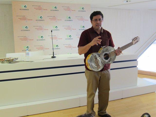 El director de la orquesta muestra uno de los instrumentos reciclados
