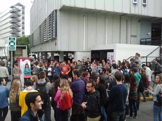 Concentración de alumnos en el campus universitario de Macarena