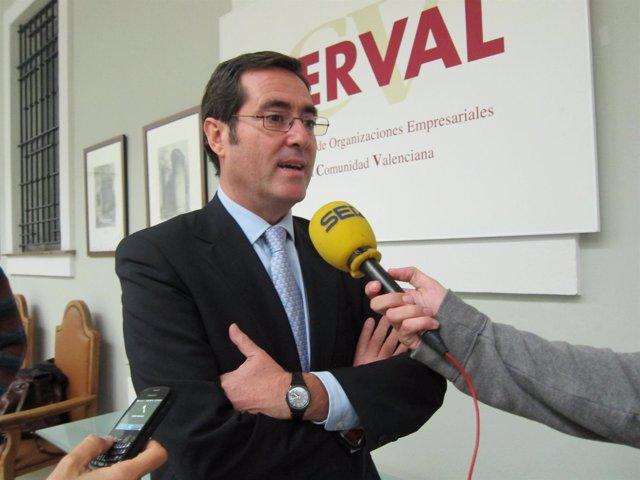Antonio Garamendi atendiendo a los medios