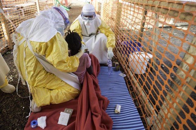 Médicos de MSF atienden a una joven con ébola en Sierra Leona