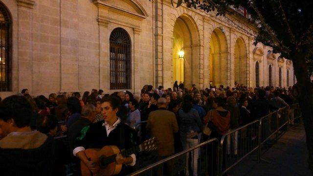 Los ciudadanos esperan para su útlimo adiós a la Duquesa de Alba