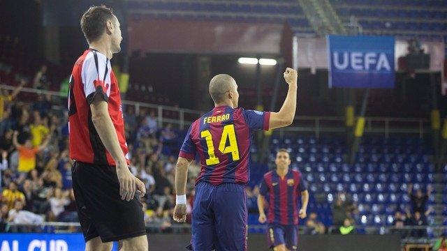 Ferrao, del Baarcelona de fútbol sala, celebra el triunfo ante el Baku United