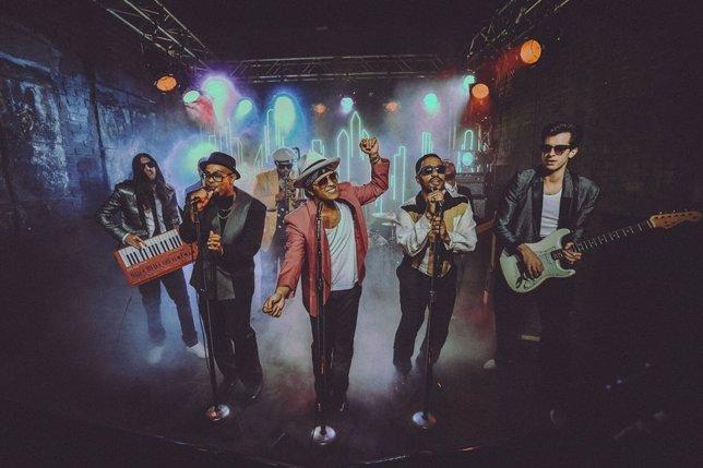Mark Ronson y Bruno Mars en el videoclip de Uptown Funk