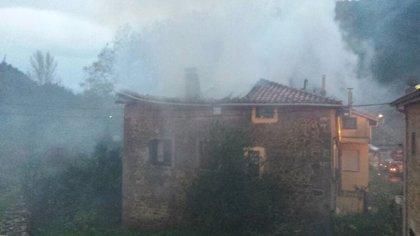 Un incendio arrasa la cubierta de una casa en Guriezo
