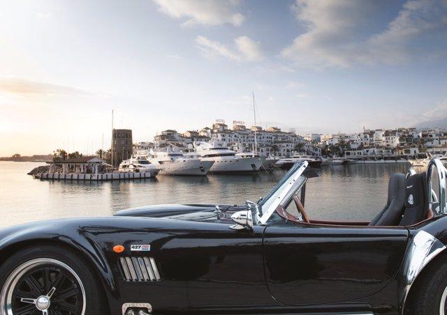 Coche de lujo en puerto banús Marbella turismo lujo nautico