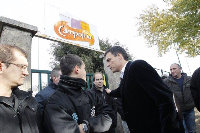 Pedro Sánchez con los trabajadores de Campofrío